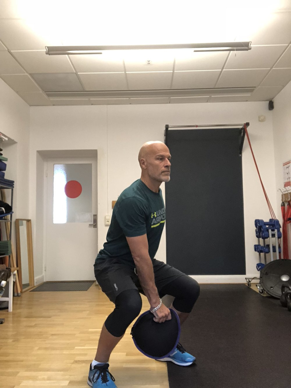 Förslag 1: Böj benen, rak i rygg släng upp säcken samtidigt sträck benen. Fånga och upprepa.