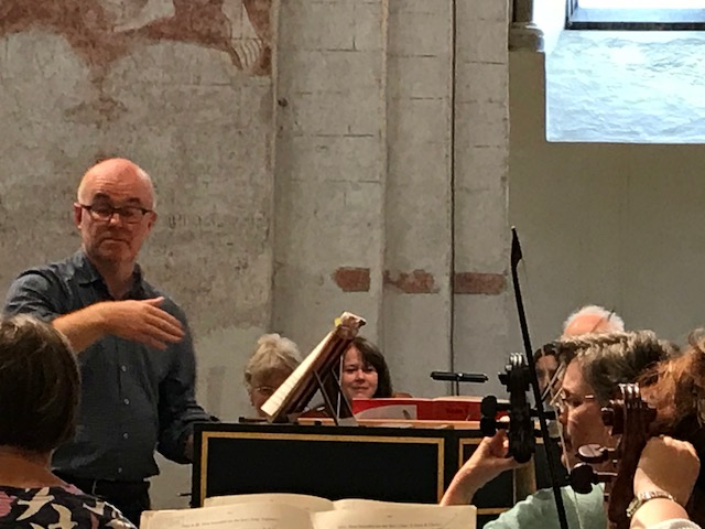 Laurence Cummings conducts from the harpsichord.