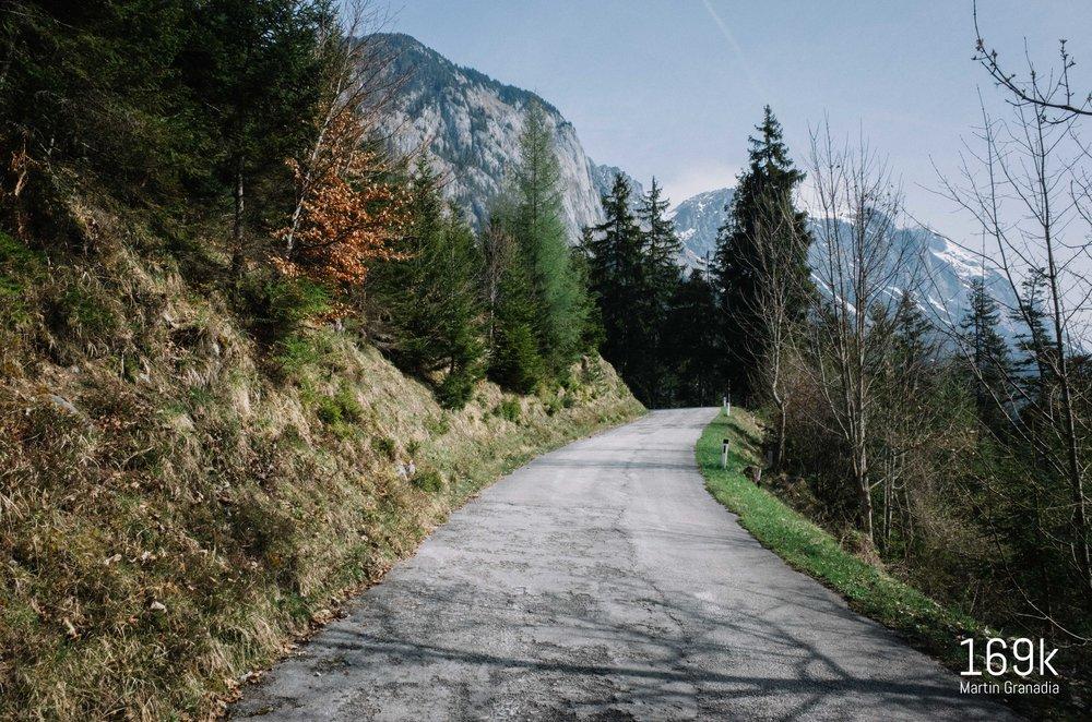 Die Straße wird schlechter, einmal noch der Blick auf den Grimming