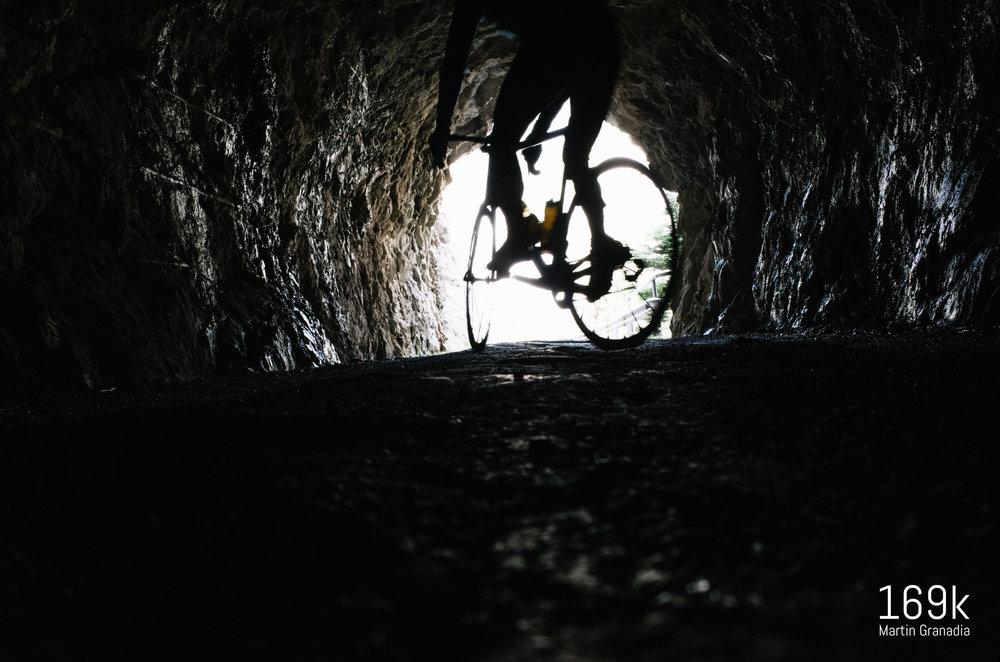 Zwei unbeleuchtete aber kurze Tunnel werden durchfahren - Untergrund ungewiss