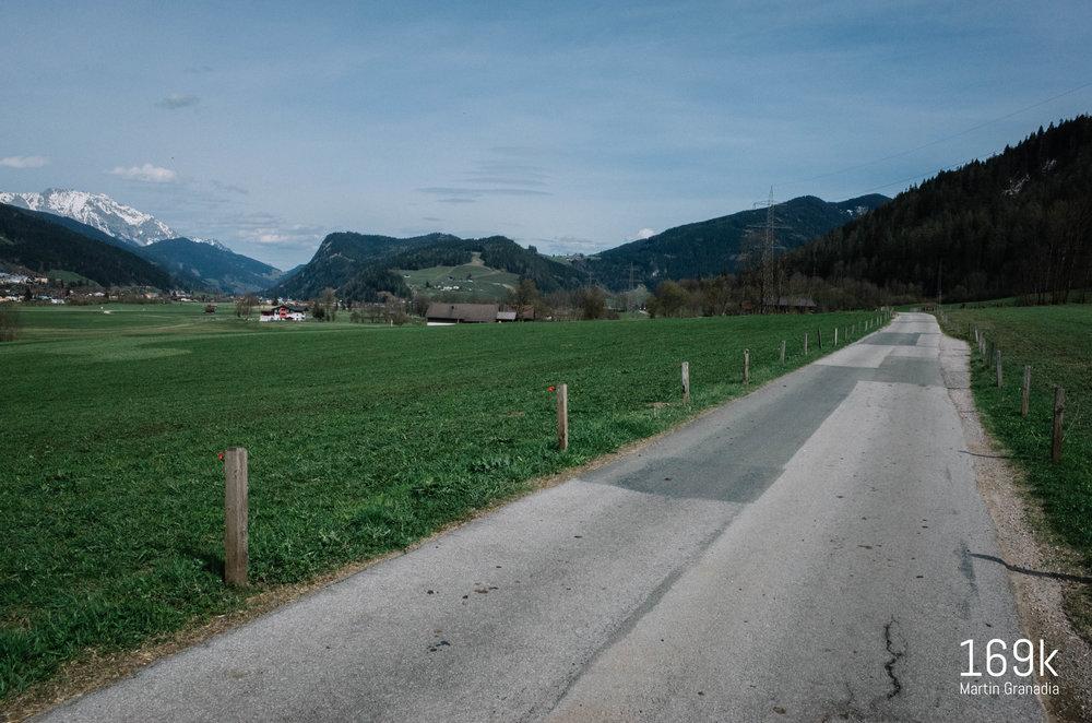 """Die """"Alte Römerstraße"""" von Eben nach Radstadt: links im Hintergrund der Dachstein, links im Tal führt die B320 zurück nach Schladming, rechts daneben im Tal der R7-Ennstalradweg, über den """"Hügel"""" in der Mitte führt die Straße nach Forstau, rechts geht´s Richtung Obertauern hinauf."""