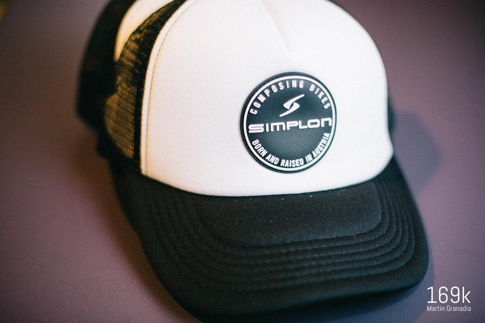 Zwei Trucker Caps von Simplon werden unter allen Einsendungen verlost. Die Caps wurden von Simplon zur Verfügung gestellt. Die Gewinner werden per Email verständigt. Ein Versand ist nicht möglich!