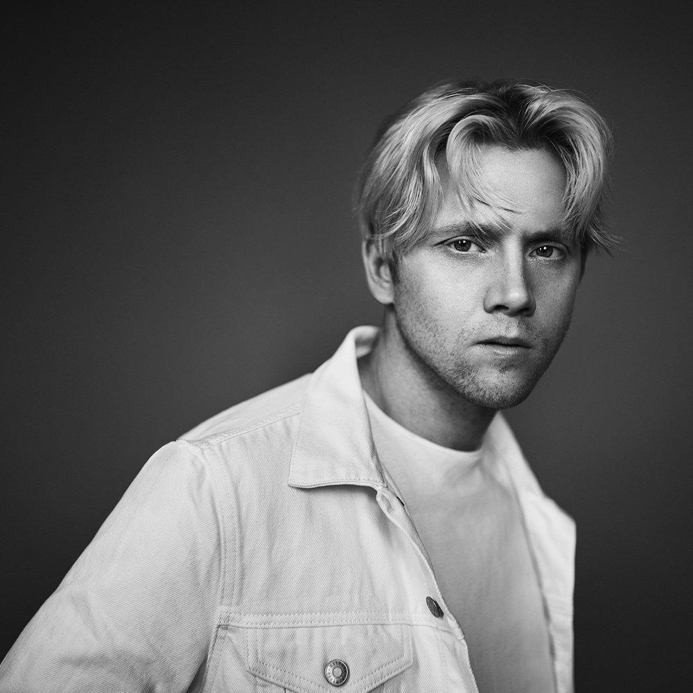 Daniel Kvammen - Daniel Kvammen har sjarmert seg inn i hjertene til både kritikere og publikum, med hans hjerteskjærende, helstøpte og emosjonelle musikkunivers – på klingende geilo-dialekt. Med et eventyrlig debutår i 2015, med det tre ganger Spellemann-nominerte debutalbumet «Fremad i alle retninga» og monsterhiten «Du fortenar ein som meg» plasserte Daniel Kvammen seg for alvor på det norske musikkartet. Vi ble forelsket med første møte – og har mange ei gang drømt om å ha Kvammen syngende utenfor fabrikken i havgapet. Fjorårets albumer «Maktlaus» og «Vektlaus» bekreftet for oss og hele musikkbransjen at Daniel Kvammen var kommet for å bli.Onsdag 01.08.klo. 22:00 - 23:00
