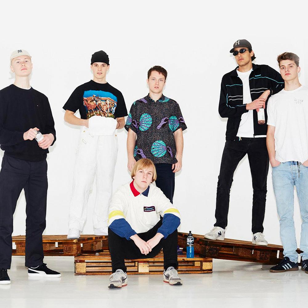 Hester V75 - Hester V75 er vår favoritt rapgruppe! Deres salige blanding mellom det såre og det harde – det gamle og det moderne har gjort dem til en av Trevarefest store yndlinger. Fjorårets album «Baby eg har et problem» gikk rett hjem hos oss – med uforglemmelig sanger som «Gåte». I tillegg har disse guttene mere sjarm og tilstedeværelse på scenen enn de aller fleste rappere i Norge. Vi er overbevist om at de kommer til å sette verdensrekord i sjarm i Henningsvær i sommer, når deres unike fremtreden møter midnattsolen og synet av vakre Lofoten.Tirsdag 31.07.klo. 20:15 - 21:15