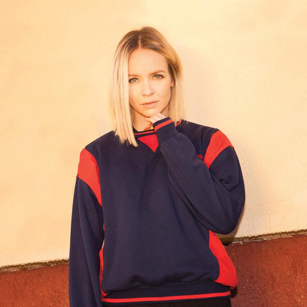 Christine Dancke - Det er bare å gjøre seg klar for bass og bangers når popelsker, programleder og en av Norges største radiostjerner skal fylle dansegulvet på fabrikken under Trevarefest 2017. Christine Dancke har siden 2013 ledet sitt eget musikkbaserte radioprogram på P3 – «Christine». Radiokanalen har opp mot 400.000 lyttere i uken. Som programleder i P3 har hun fingeren på pulsen til musikknorge – hvor hun er med å fronten den nyeste musikken. Som DJ er Christine kjent for å lage enormt god stemning på dansegulvet, med et låtvalg som gjenspeiler hennes posisjon som en av Norges mest relevante musikkeksperter.Onsdag 01.08.klo. 23:00 - 02:30