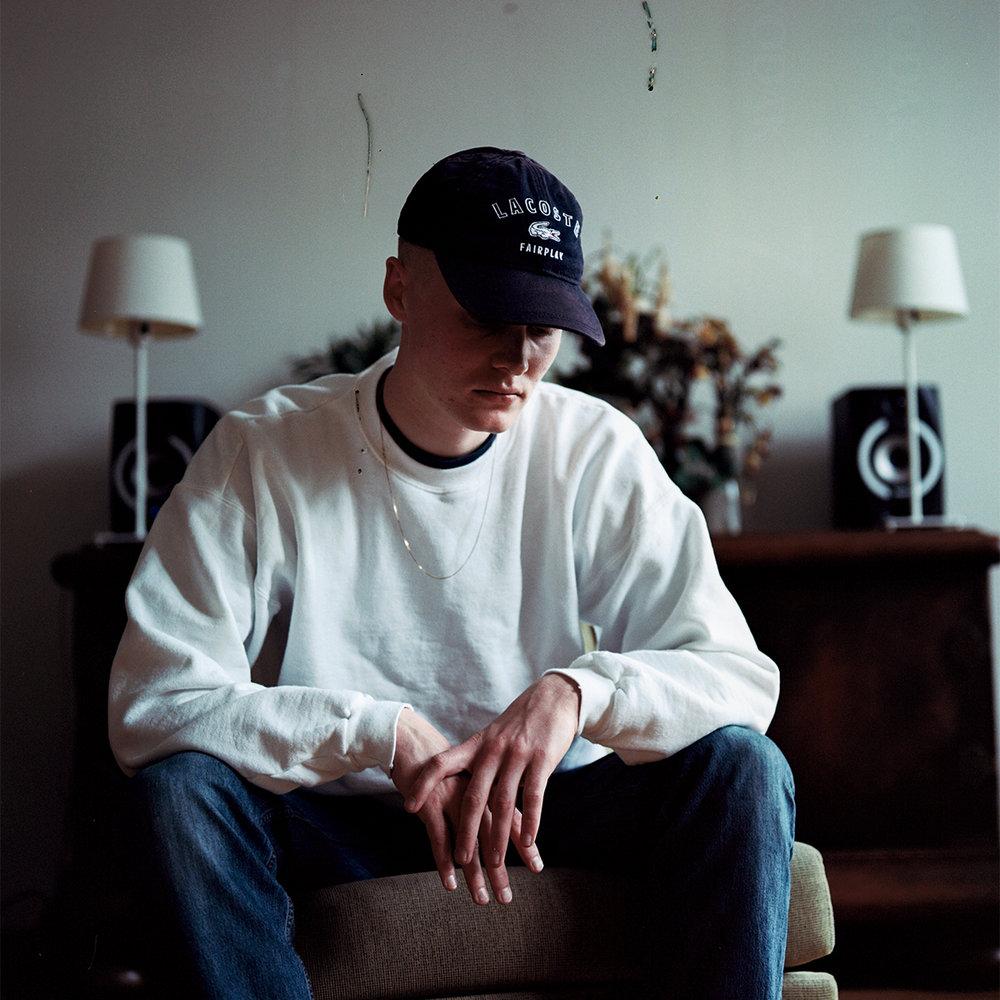 """- Etter å ha gjort seg bemerket med rap-gruppen Hester V75, har Eirik Aas lansert sitt eget soloprosjekt. I løpet av et halvt år har Eirik rukket å slippe de to EP-ene """"Skogen"""" og """"Tåken"""", samt den rolige bangeren """"Deltid"""". Utgivelsene har fått god respons, der """"Skogen"""" blant annet fikk terningkast 5/6 av Bergens tidene og 9/10 av musikkbloggen Nymusikkhverdag.net. """"Aas behersker den syngeorienterte rapstilen bedre enn de fleste og leker seg gjennom klassiske skrytelåter som mer sårbare, åpenhjertige skriftemål"""" skriver Bergens Tidende. Vi er helt enig, Eirik Aas er virkelig en rapper å følge med på i tiden fremover – og det er en sann fryd å ha han med oss på årets program!Tirsdag 31.07.klo. 18:30 - 19:30"""