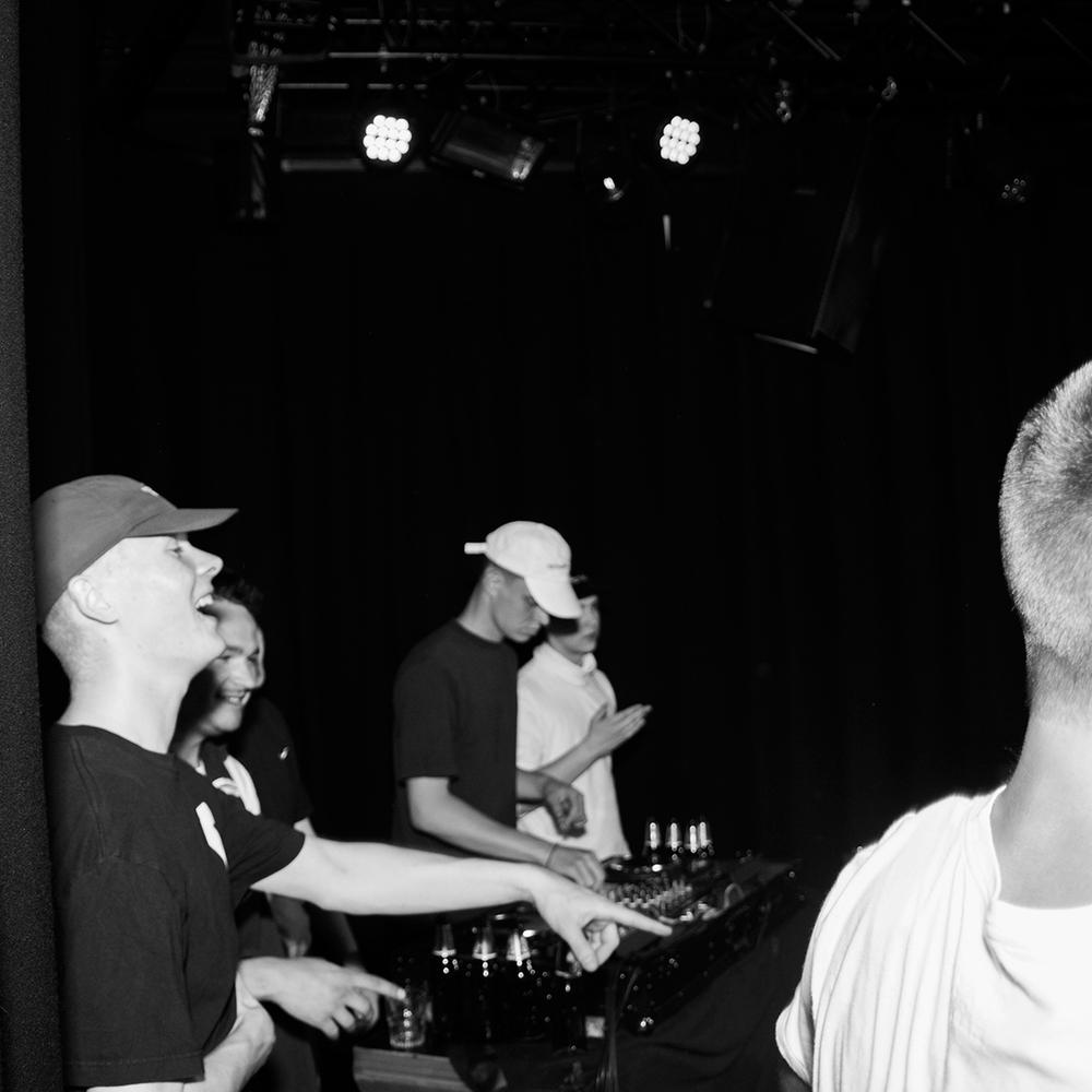 Vibbeklubb - Vibbefanger startet med en fest, og har siden blitt kjent for sine upretensiøse og gøye fester i Bergen og Oslo. På tirsdagen kjører Mato og David fra Hester V75 - Mato Grytten - det opp i klubben sammen med den raskeste klubb-DJen av de alle(?!) - Niilas. Det blir en gryte hvor hotte raptunes blandes med tunge elektroniske låter som vil gjøre deg glad, svett og sliten. Kanskje noen også slår til med en live-opptreden en gang på natten også? Alt kan skje.Mandag 30.07.klo. 23:00 - 02:30