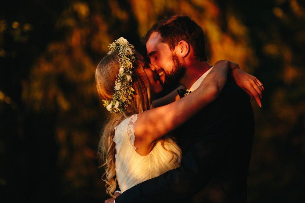 Bryllupsbilde i solnedgang