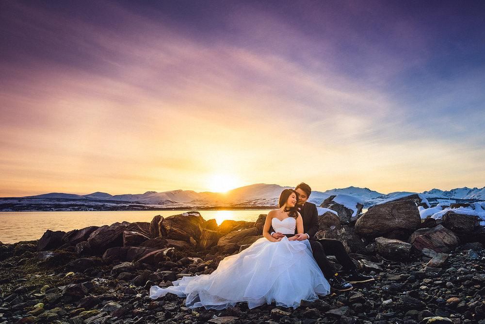 Singhui og Daniel reiste fra Singapore til Tromsø for å bli fotografert. I Asia er det vanlig å ta bryllupsbilder før bryllupet, gjerne på en spektakulær lokasjon. Foto:  Eirik Halvorsen . Trykk på bildet for å se flere bilder.