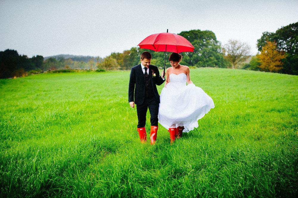brudepar-regn-røde-støvler-paraply.jpg