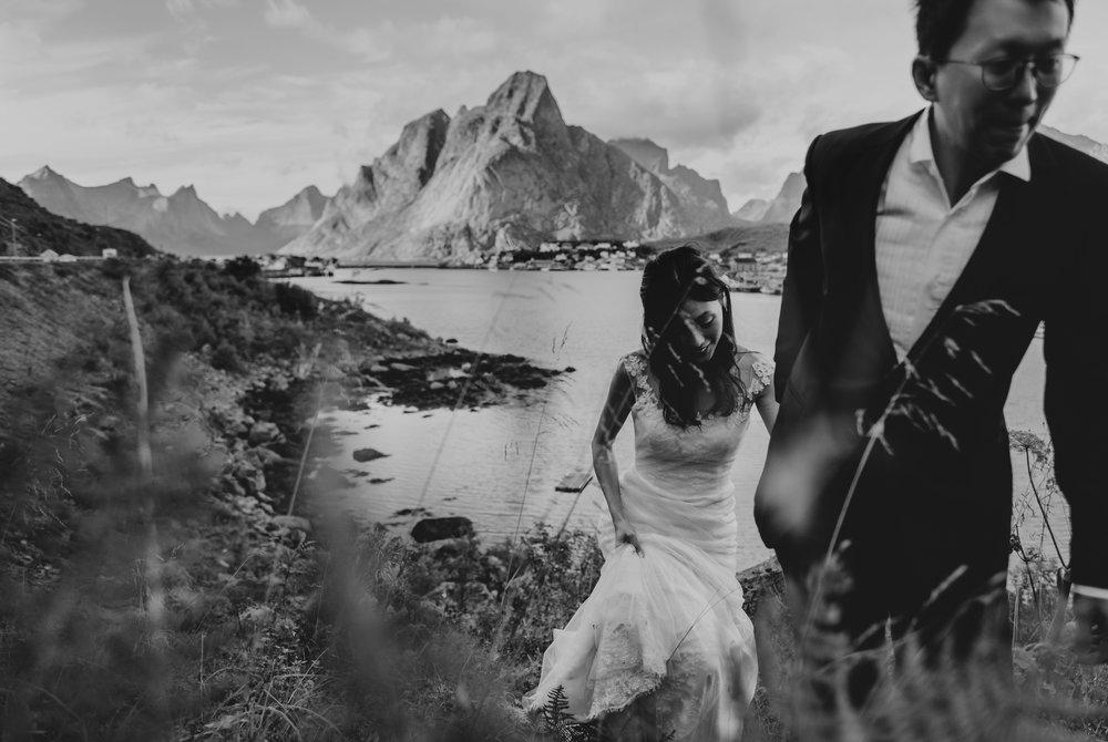 Joseph og Jia Yan reiste fra Singapore til Lofoten for å fotograferes i unik norsk natur. Foto:  Vegard Giskehaug . Trykk på bildet for å se flere bilder.
