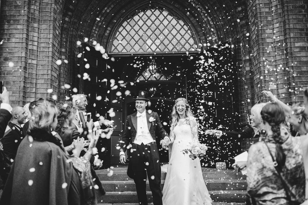 Brudgommen brukte bestefarens gamle kjole og hvitt og flosshatt Foto:  Michaela Klouda Photography