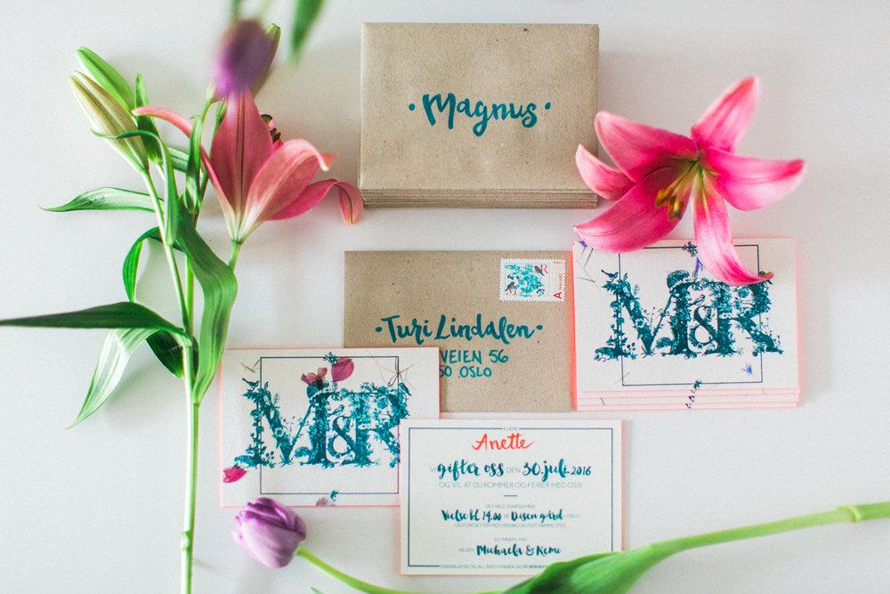 Hjemmelagde invitasjoner på resirkulert papir og resirkulerte konvolutter. Foto:  Michaela Klouda Photography