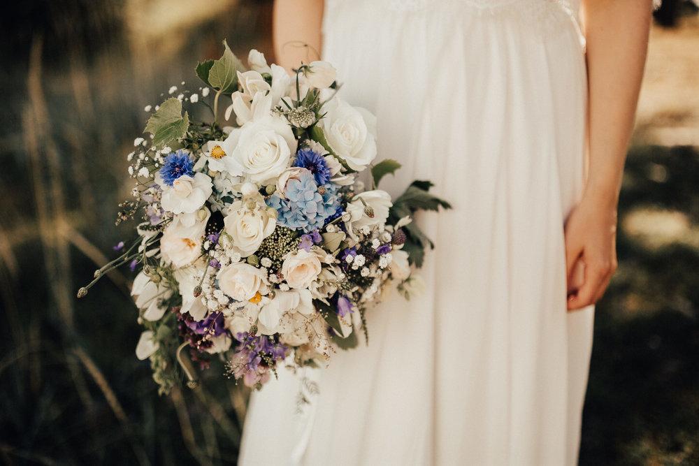Svigermoren til Silje plantet frø i hagen et år før bryllupet og sto for alt av buketter og pynt i bryllupet. Personlig og veldig veldig fint! Foto:  Michaela Klouda