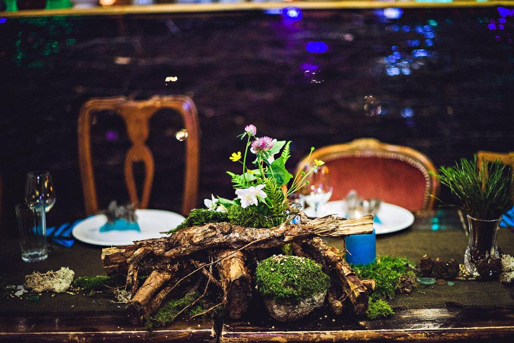 Elementer fra skogen brukt som pynt på bordene. Annerledes og stilig! Foto: Eirik Halvorsen
