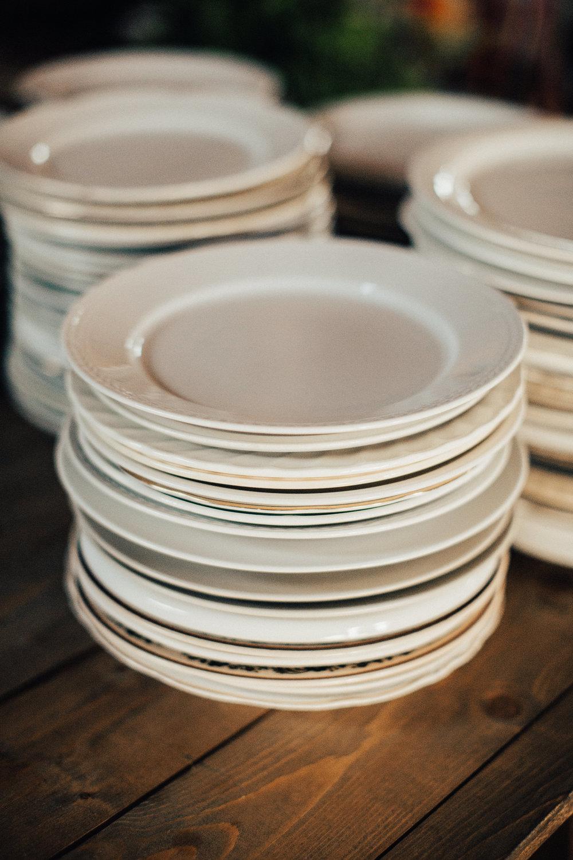 Forskellige tallerkener og glass fra loppemarked er perfekt til et bryllup med rustikt stil. Foto:  Michaela Klouda Photography