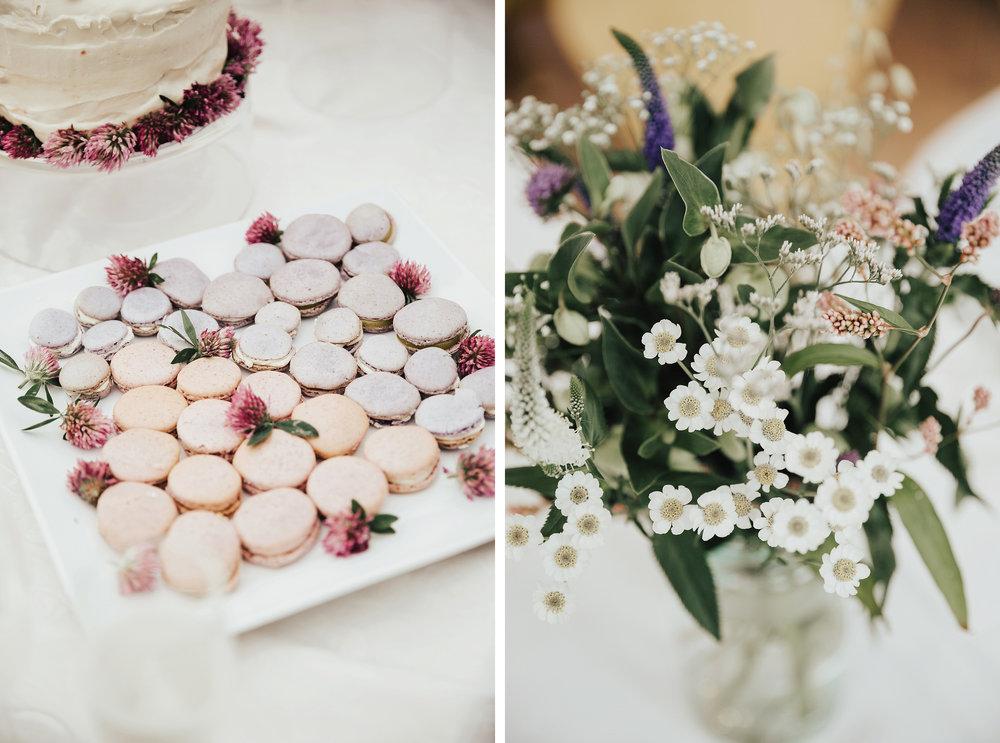 Bruk markblomster til å pynte opp kakebordet og gi det hele en rød tråd. Foto:  Lieben Foto