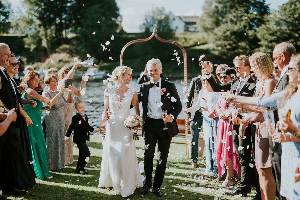Ingenting slår en vakker sommerdag ute. Vi elsker brudepar som tør å satse på utendørs vielse! Foto:  Tone Tvedt