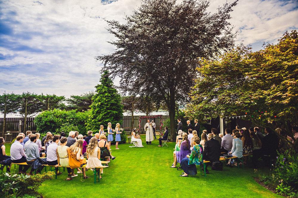 Vielse og fest i hagen til mor og far. Foto:  Eirik Halvorsen