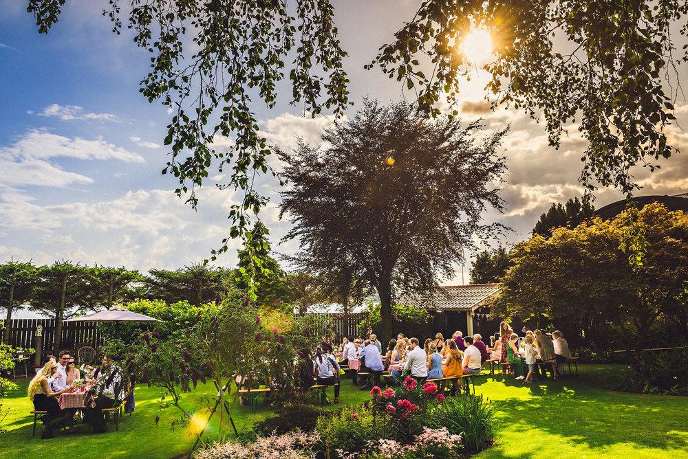Café-stil med buffet og frie sitteplasser i hagen. Foto:  Eirik Halvorsen
