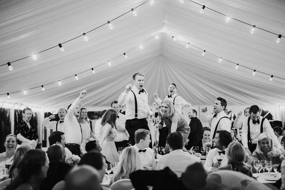Inviter gode venner og familiemedlemmer du kjenner godt så legger du grunnlaget for en bra fest. Foto:  Tone Tvedt