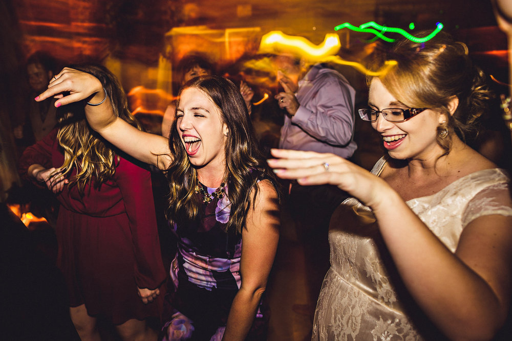 Husk å ordne med lys på dansegulvet. Det gir mye mer liv i bildene pluss at gjestene slipper å danse i mørket. Foto:  Eirik Halvorsen