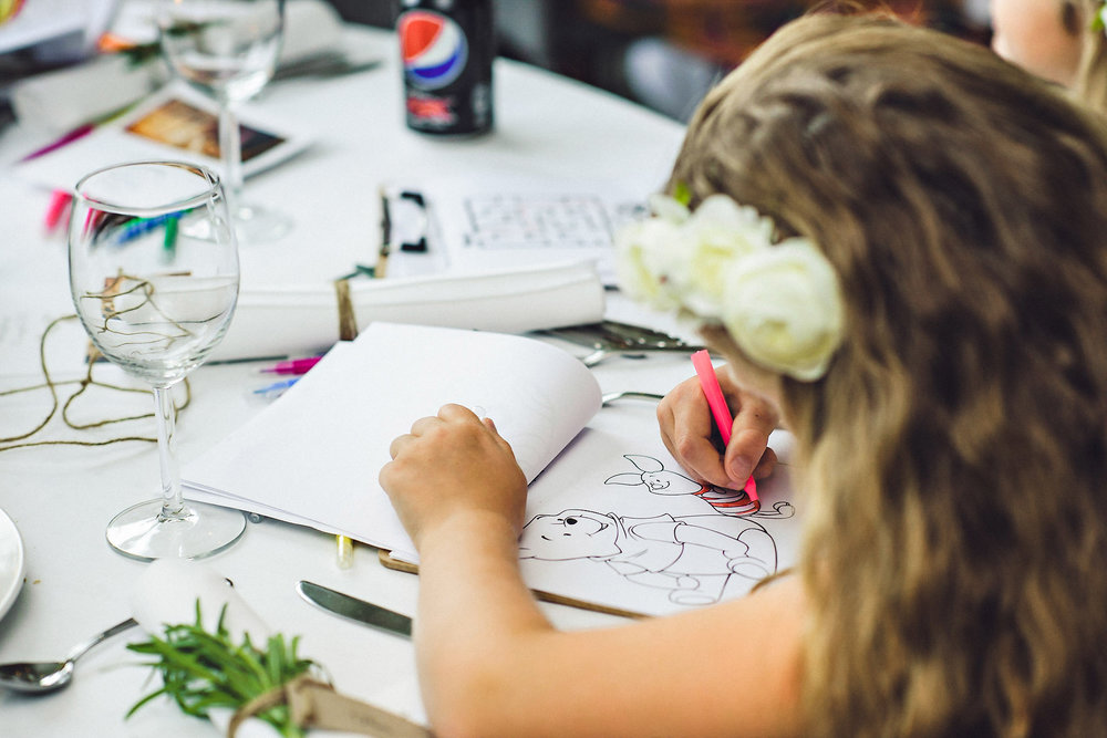 Tegnesaker ved middagsbordet til barna. Foto:  Eirik Halvorsen