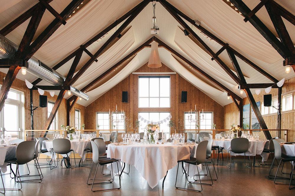 Lyst, luftig og romantisk i hovedsalen. Foto:  Åsmund Holien Mo