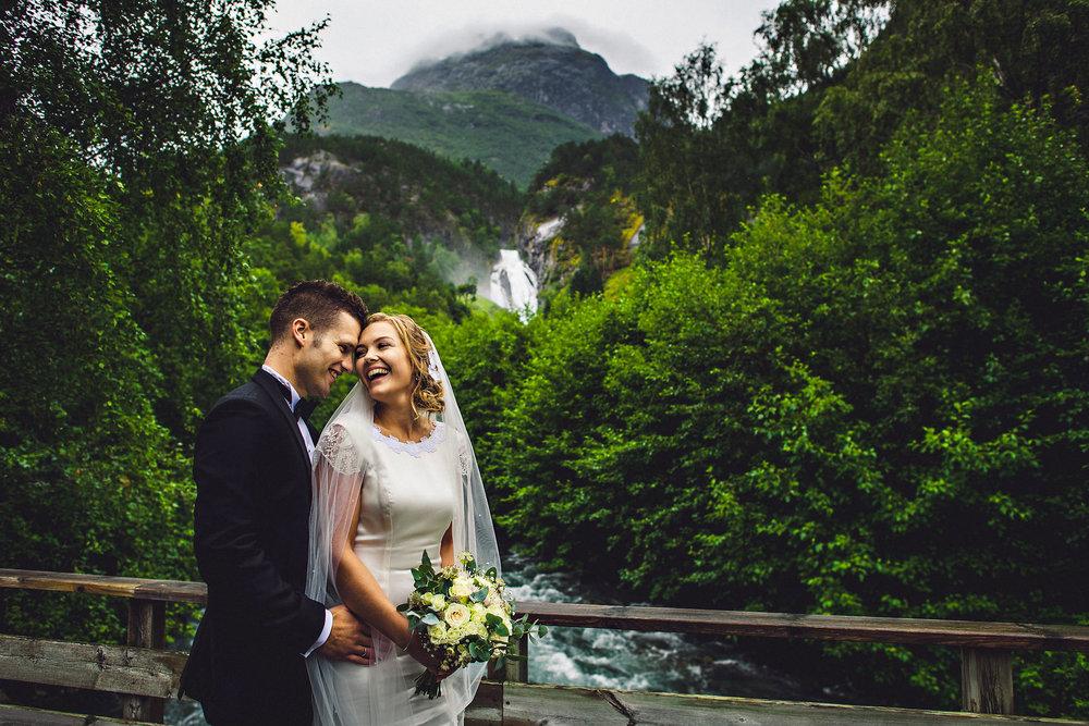 Smilende brudepar i Stryn