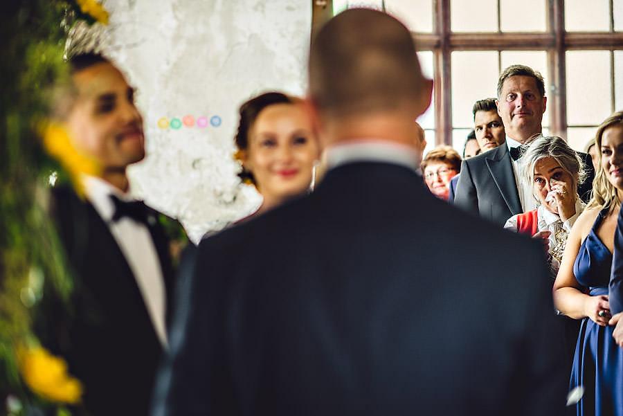 brudens mor tørler tårer under vielsen i bryllup på tou scene