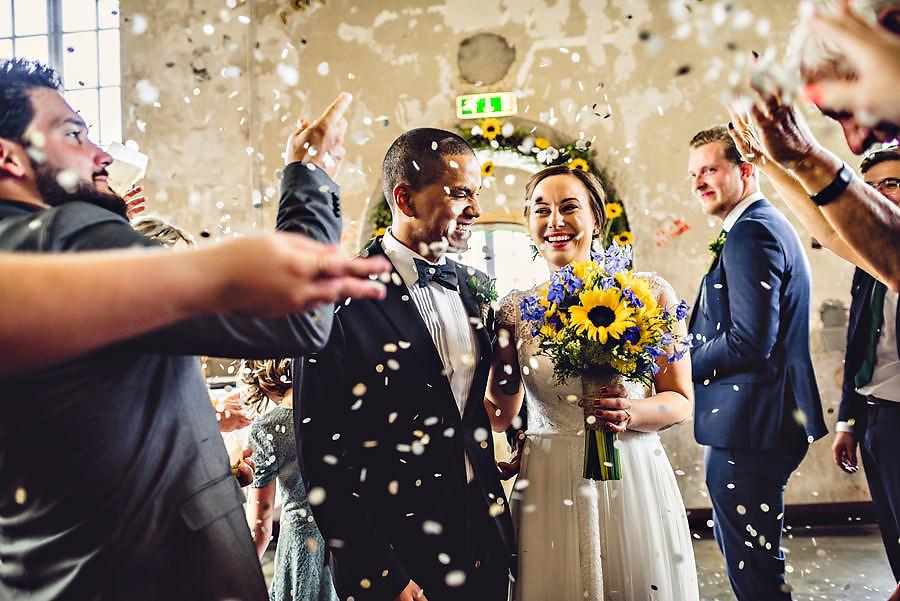 konfetti under utmarsj i bryllup i stavanger bryllupsfotograf