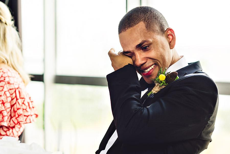 Emosjonell brudgom tørker tårer under talene i bryllupet på T