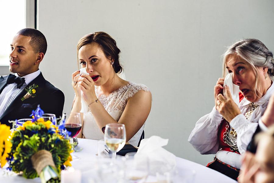 brud og mor tørker tårer på likt i bryllup på tou scene i st