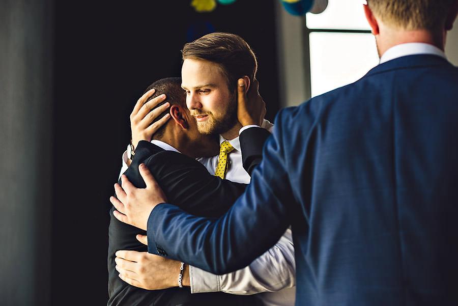 brudgommen får klem av gjester i bryllup på tou scene i stavan
