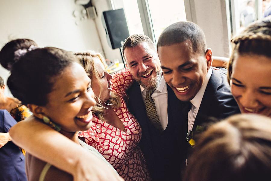 brudgommen klemmer og danser med familien sin og utstråler gled