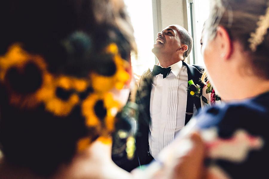 glad brudgom på dansegulvet bryllupsfotograf i stavanger