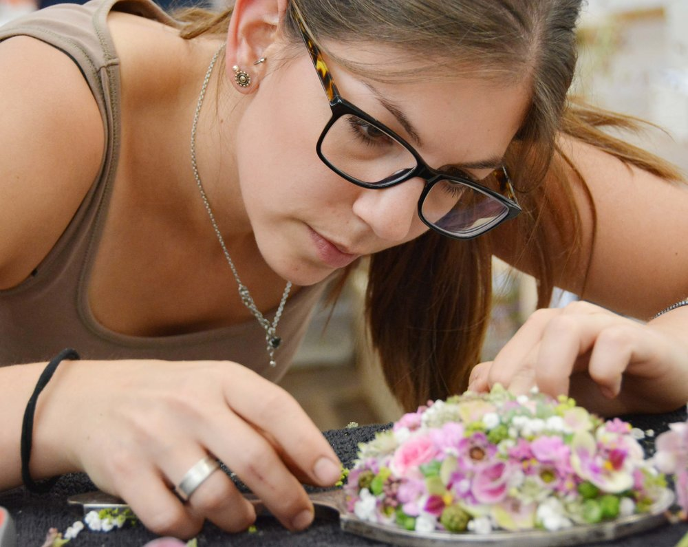 Volle Konzentration an der Floristmeisterprüfung - 28 Absolventinnen und Absolventen legten die anspruchsvollen Prüfungen erfolgreich ab.