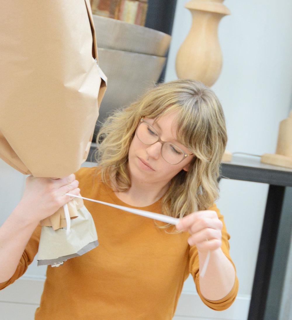 Auch das fertige Werkstück dann richtig zu verpacken will gelernt sein - die erfolgreiche Unternehmerin und Meisterfloristin Samantha Bühler zeigt, wie es geht.