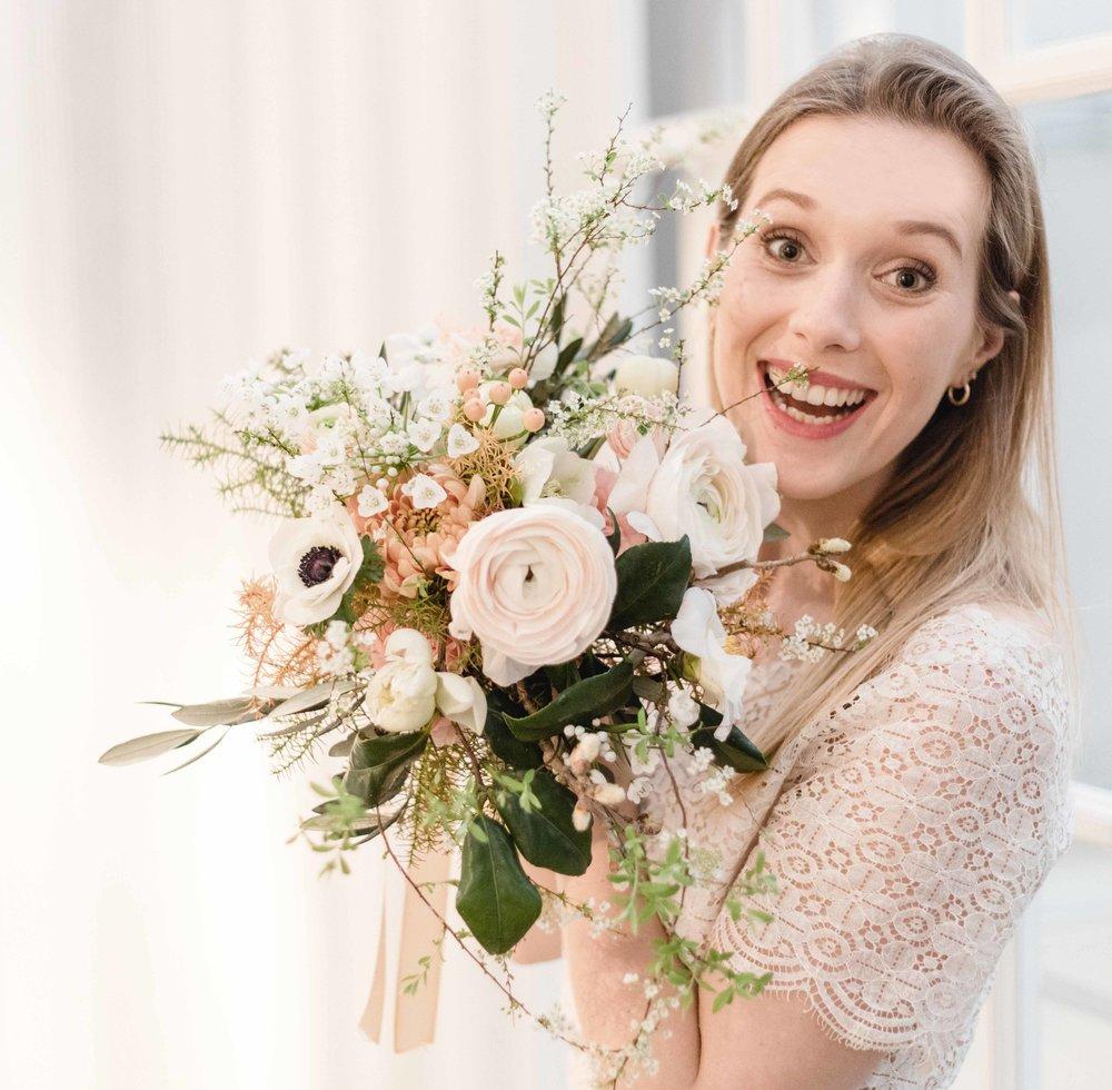 Brautstrauss mit Braut.jpg