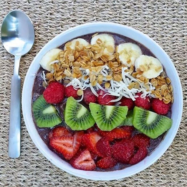 Happy Humpday! Nothings better than a healthy smoothie bowl to cleanse the post-holiday feasting. What are your favorite smoothie bowl toppings!? 🥝 • • • • #foodmood#healthandwellness#healthfoodshare#noleftovers#plantstrong#paleofoodshare#plantbased#iamwellandgood#feedfeed#eatinghealthy#healthyrecipes#healthychoices#veganbowl#smoothierecipes#glutenfreefoods#plantbasedfood#foodblogger#eatforabs#f52grams#feedfeed#goodmoodfood#feedyourbrain#strongnotskinny#foodforthought#wholefoods#macros#eatclean#happyholidays