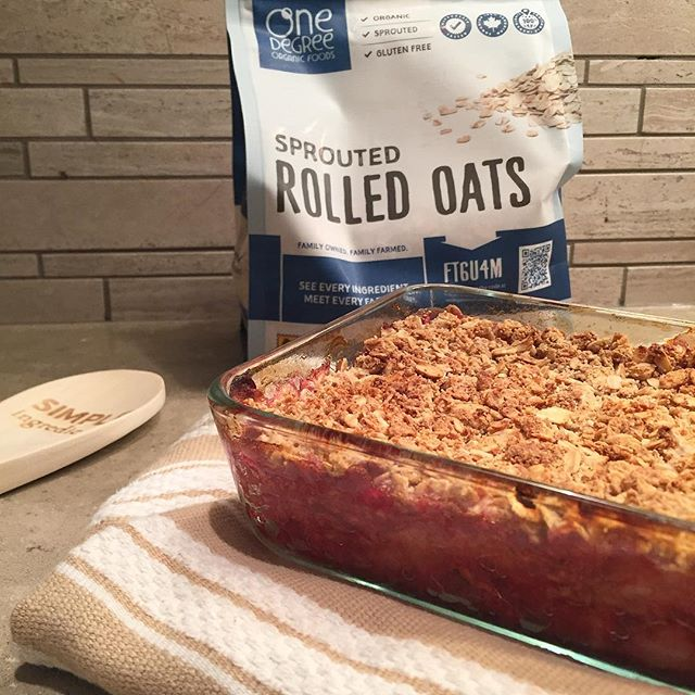 Cannot get enough of my Apple-Berry Crisp!! It's one of the easiest recipes and everyone absolutely loves it! Can't get over how good @onedegreeorganics is! These gluten free oats make for the most perfect and wholesome recipes with the highest quality ingredients! What's your favorite recipe using oats? • • • • #food52 #foodie #delicious #dinnerideas #simplydelicious #thefeedfeed #omnomnom #eeeeeats #feedfeed #kitchn #huffposttaste #beforethebite #foodstagram #yummy #buzzfeast #foodblogger #instayum #foodgawker #makeyourown #homemade #foodmood #whatsforbreakfast #beautifulcusines #foodblog #comfortfood #yummyfood #instafood #foodpics #todayfood #oatmealbowl