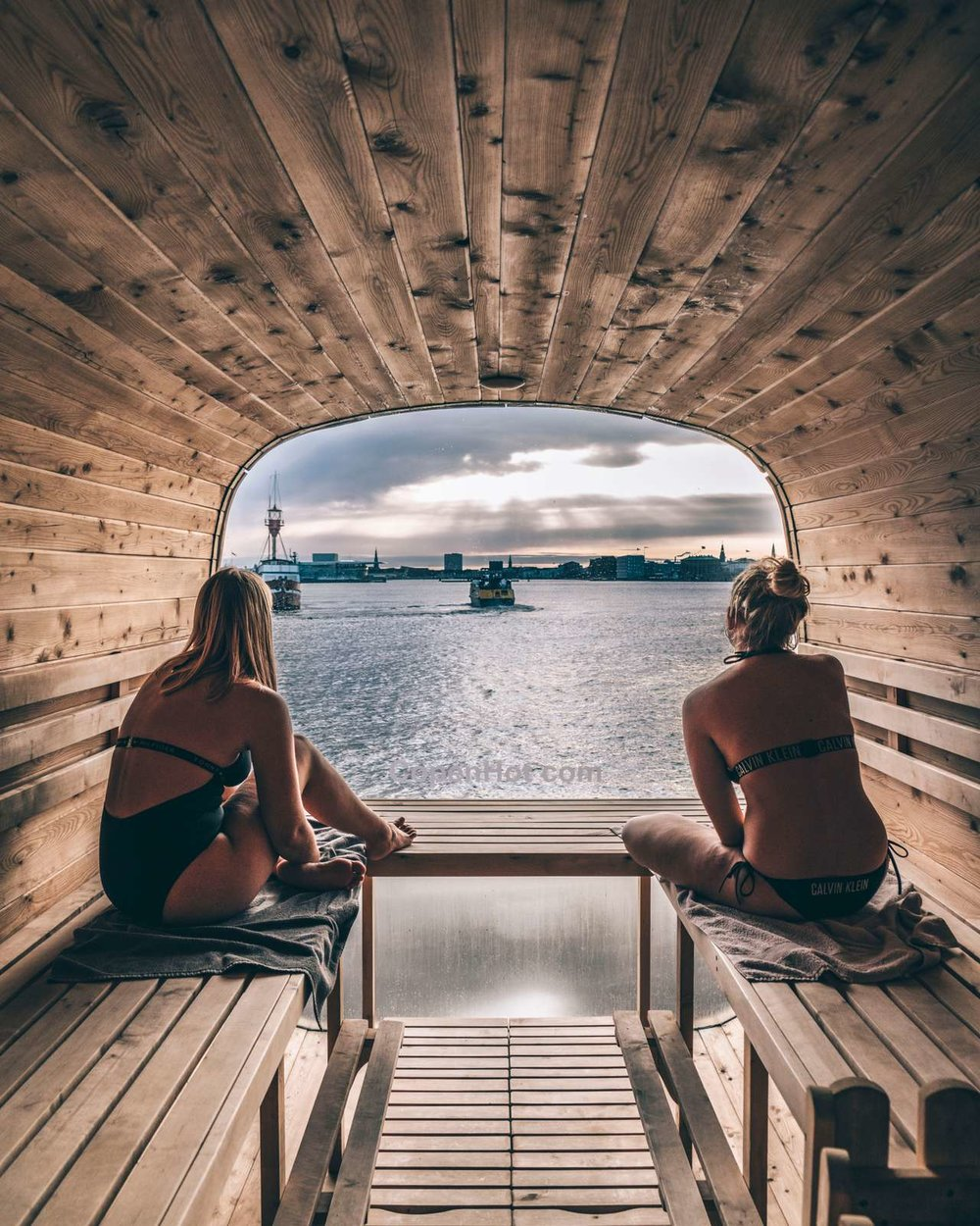 Panoramic Sauna - Enjoy the heat with friends or family in our fire heated panoramic sauna with the amazing harbour and castle view - and as a treat, a fresh saltwater shower is available next to the sauna,  The sauna seats 12 people!The best view from a spa in copenhagen ! So enjoy and relax in the heated clean sea water 40℃ / 104℉ at the Refshaleø with a TOP view! The stationary spa seats 6 persons and included in the price is a bottle of Cava !