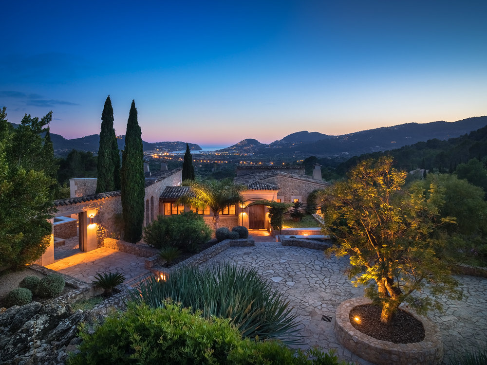 """Luxury Finca, <span STYLE=""""font-weight: normal"""">2016</span>"""