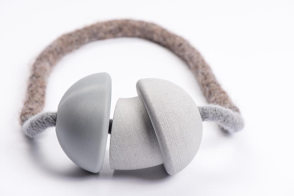 Neckpiece: Pickup06   aluminium, polyamide, resin, wool   image: Frederik Herregods