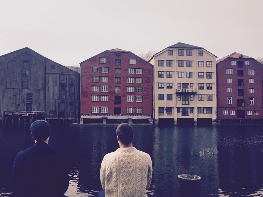 Sykkel- og gåturer på vei til Trondheims mange kontorer har vært hyppig brukt til mini-strategiseminarer, som her ved bryggerekka da vi tok en prat, en is – og et bilde!