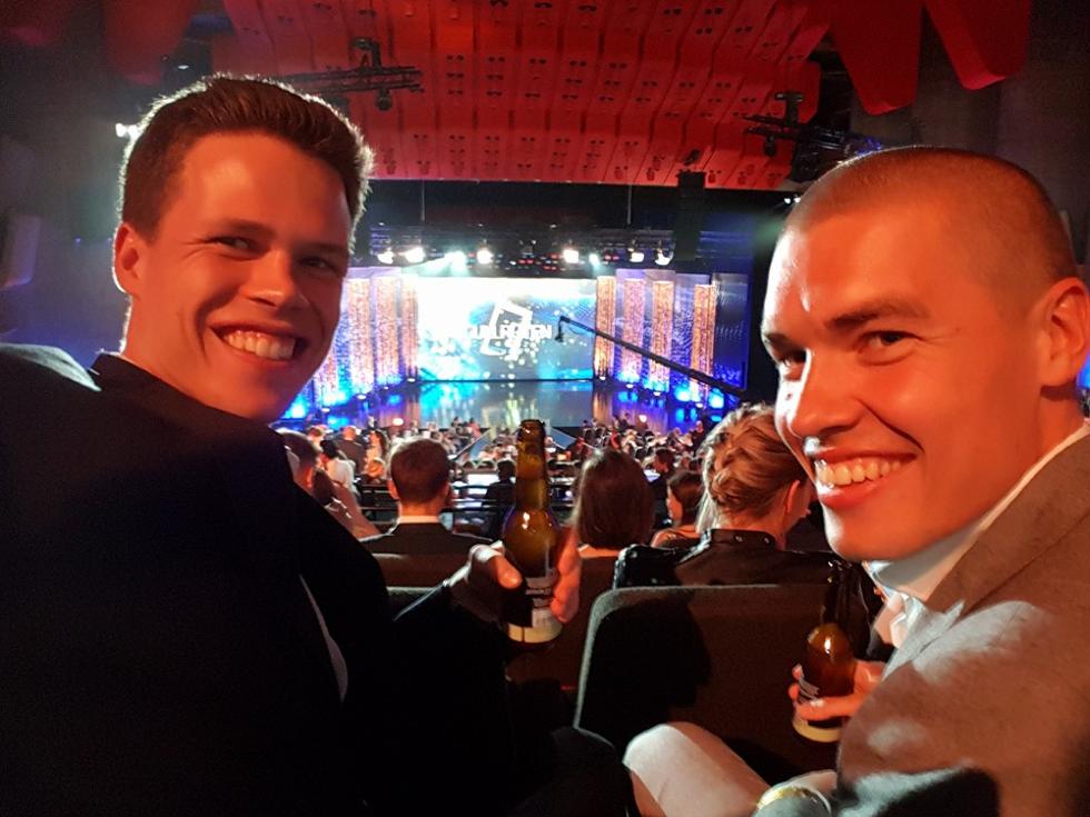 Harald og Eirik storfornøyd på Gullruten i lånte dresser