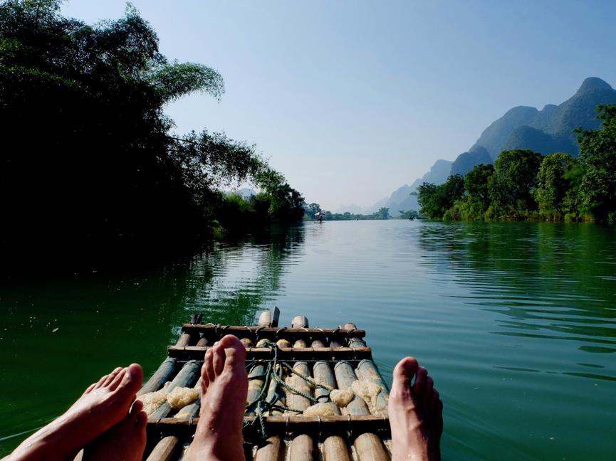 Pause fra jobbingen – bambusflåtetur langs Yulong-elven!