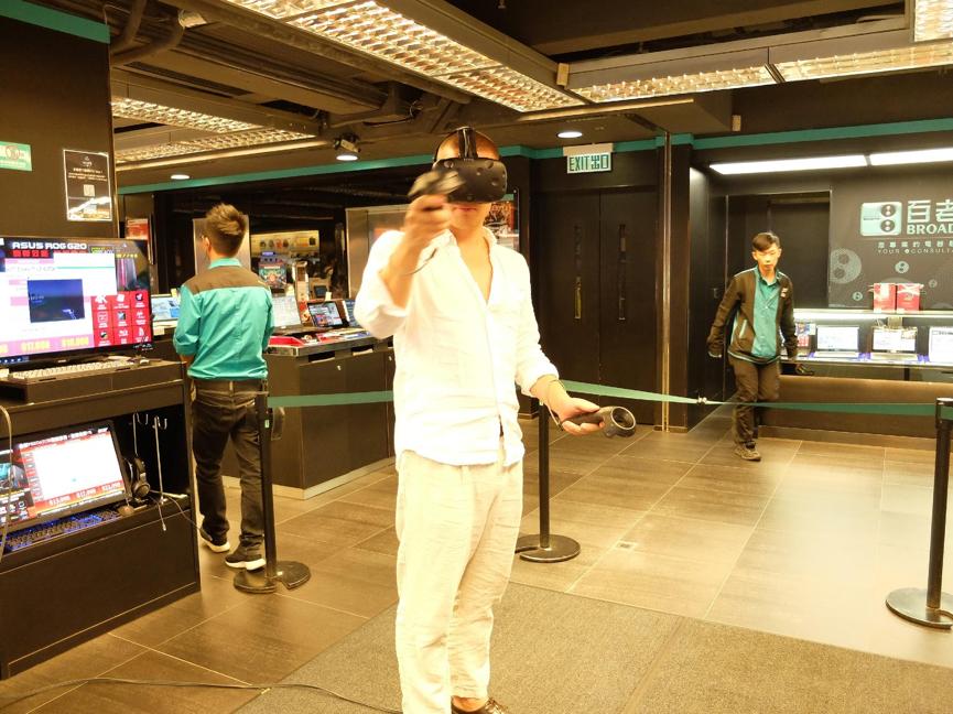 Leker seg litt med VR-brillen Oculus Rift i Kowloon, Hong Kong. Rå på 3D-spill, kjip på 2D-film.