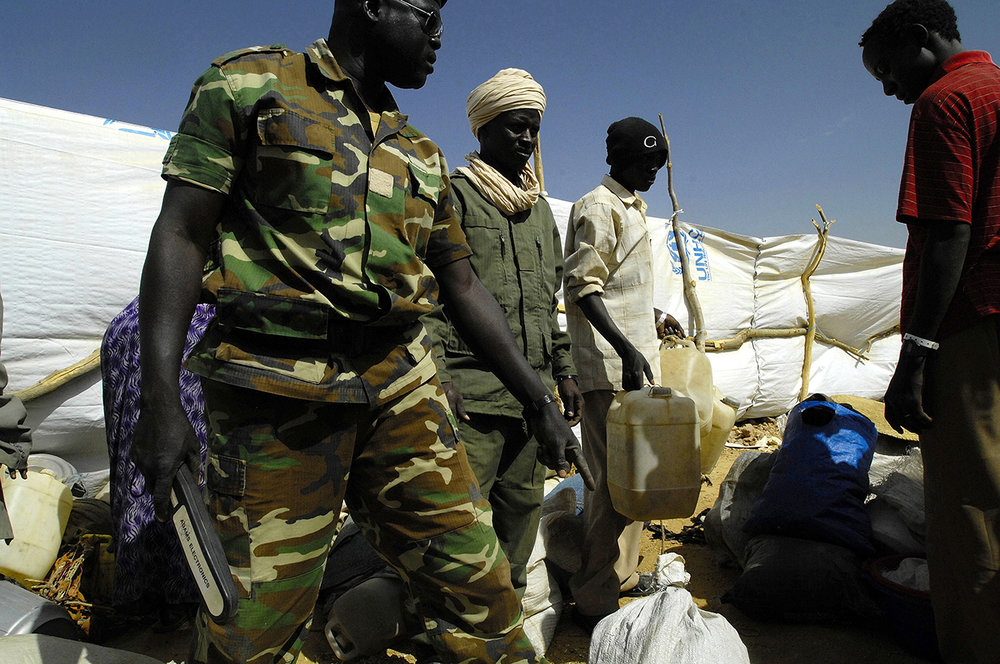 The chadian police is searching for weapon and ammunitions in the belongings of the refugees in the arrival compound of Kounoungo camp.