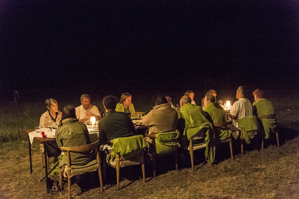 At night, the guests / clients of the Asilia Camp dine in common, in the bush, around a long banquet table. Asilia Camp is the only tent camp located in the eastern prairies of the central part of the Serengeti, magnet for cheetahs and lion, out of the frequent passage of tourists, as off-center. The permanent camp of 8 luxury tents is set up more than an hour from its nearest neighbor. Approximately 2,700 beds in approximately 120 safari camps are available throughout the park.